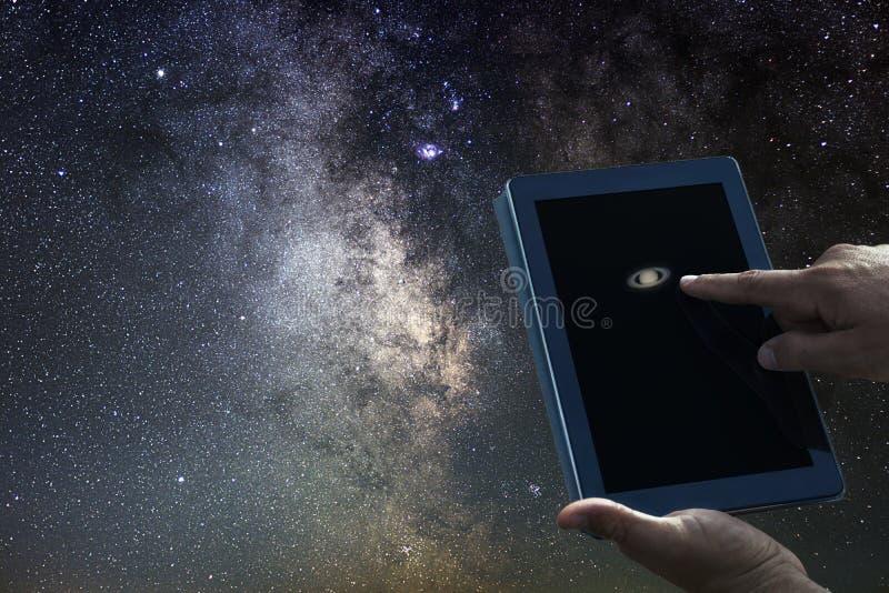 Conceito da exploração da astronomia de espaço Tabuleta do planeta de Saturn foto de stock