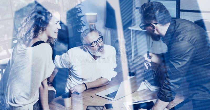 Conceito da exposição dobro Colegas de trabalho novos da equipe que fazem a grande discussão do trabalho no escritório moderno Sa foto de stock royalty free