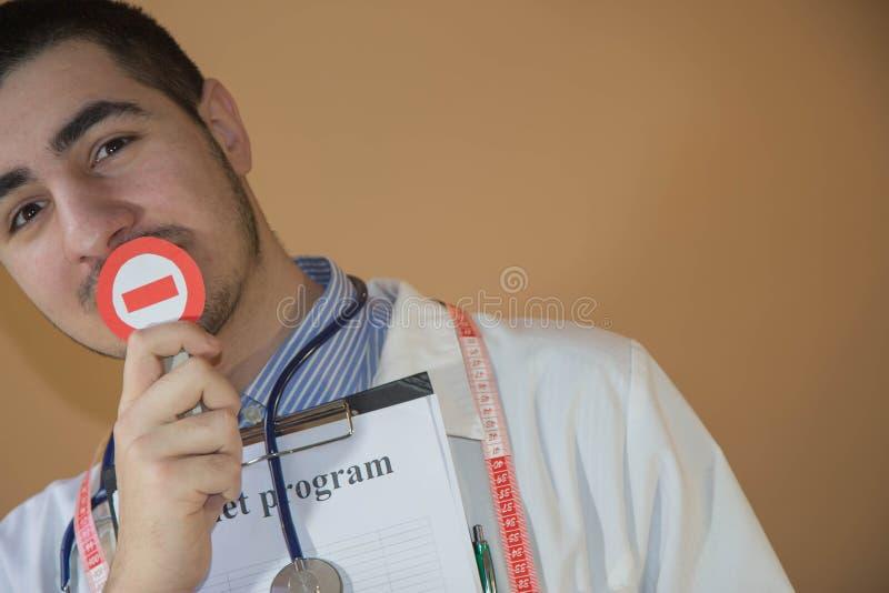 Conceito da faculdade criadora da dieta Nutricionista masculino novo que está em seu escritório fotos de stock
