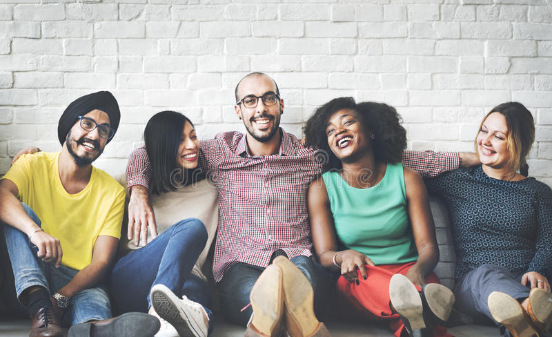 Conceito da felicidade da amizade dos amigos da diversidade dos povos imagem de stock royalty free