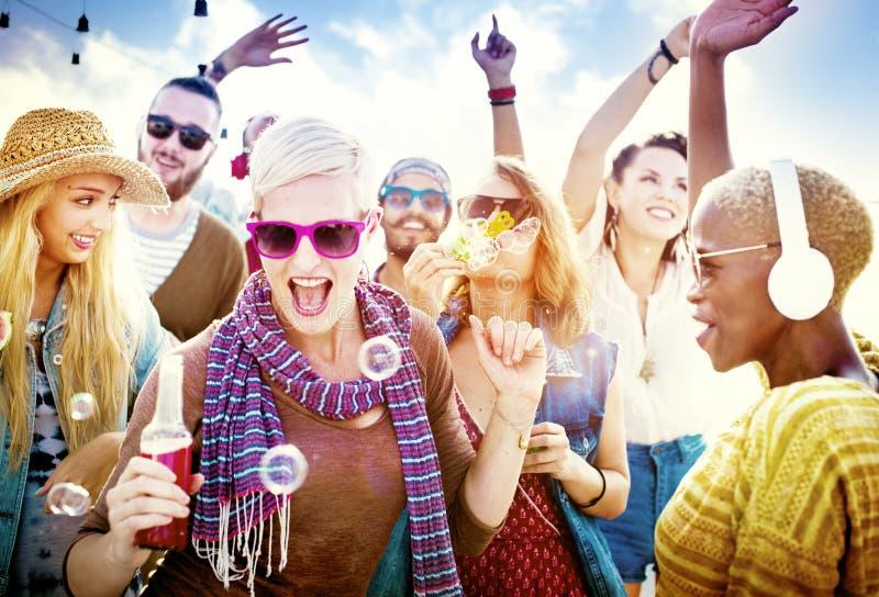 Conceito da felicidade do partido da praia dos amigos dos adolescentes fotografia de stock