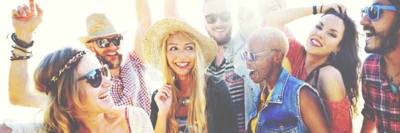 Conceito da felicidade do partido da praia dos amigos dos adolescentes imagem de stock