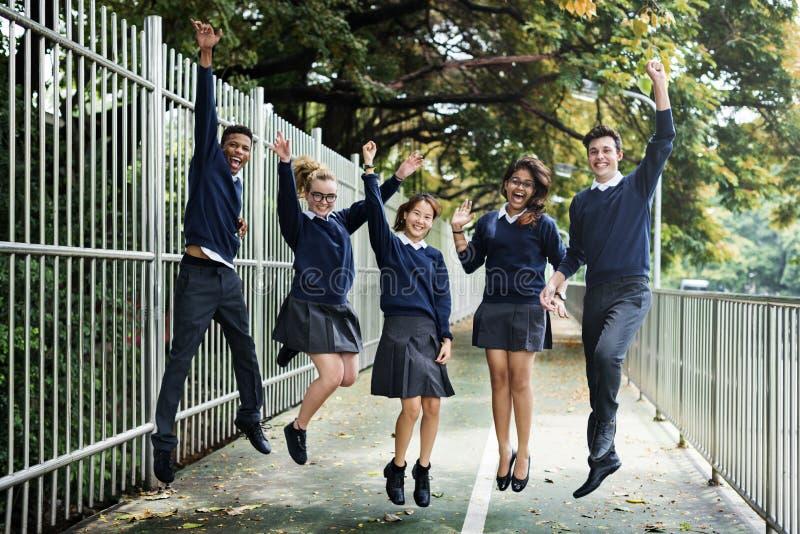 Conceito da felicidade dos amigos dos estudantes da diversidade imagens de stock royalty free