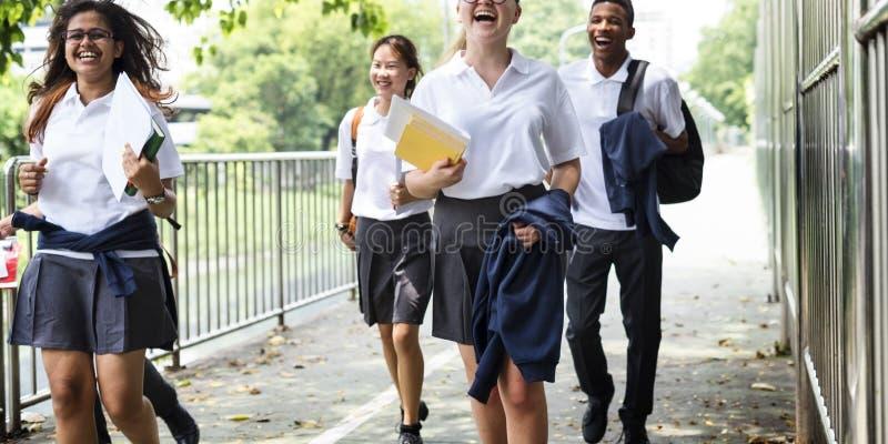 Conceito da felicidade dos amigos dos estudantes da diversidade foto de stock royalty free