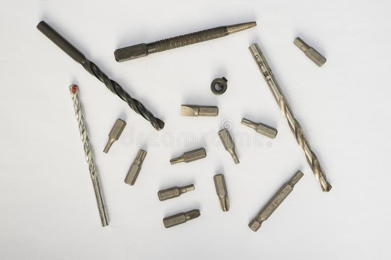 Conceito da ferramenta do trabalho Ajuste das brocas e dos bocados para uma chave de fenda em um fundo branco Diretamente acima imagens de stock