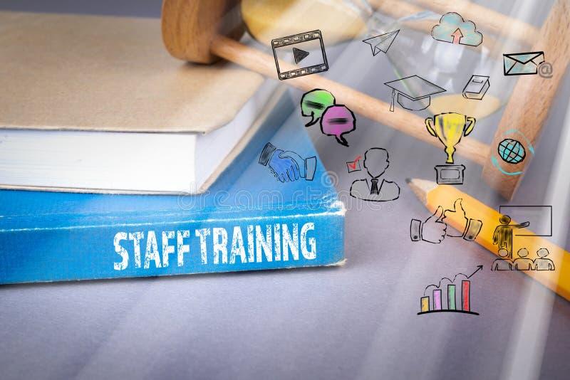 Conceito da formação do pessoal livro azul em uma tabela cinzenta do escritório fotografia de stock