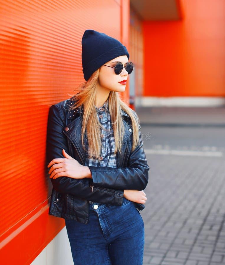 Conceito da forma da rua - mulher à moda no estilo do preto da rocha imagem de stock