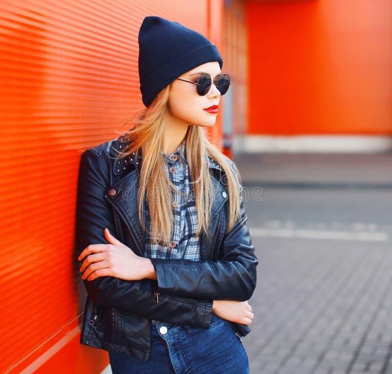 Conceito da forma da rua - mulher à moda no estilo do preto da rocha fotos de stock royalty free