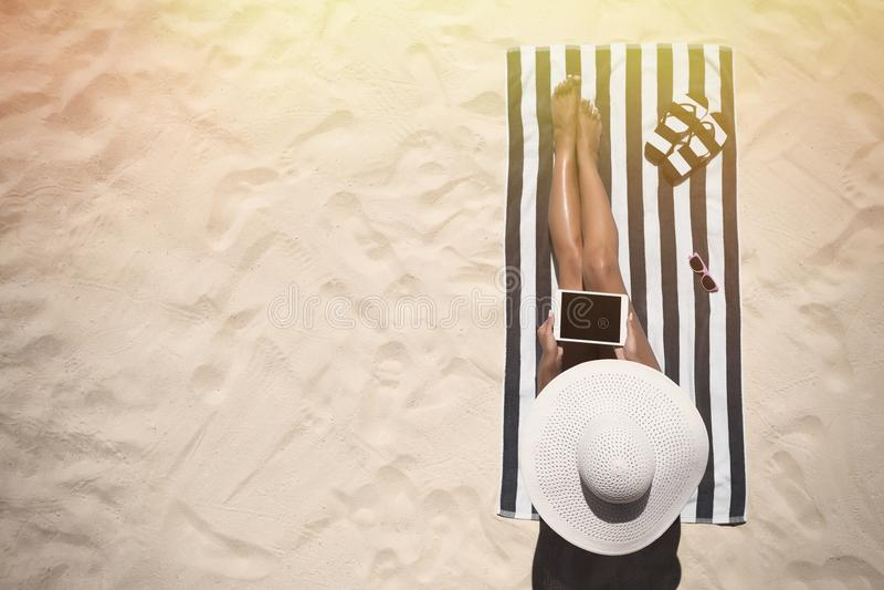 Conceito da forma das férias de verão - bronzeando-se o chapéu vestindo a do sol da mulher foto de stock