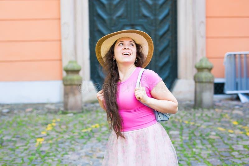 Conceito da forma, da felicidade e do estilo de vida - mulher bonita no chapéu que aprecia o verão fora imagem de stock