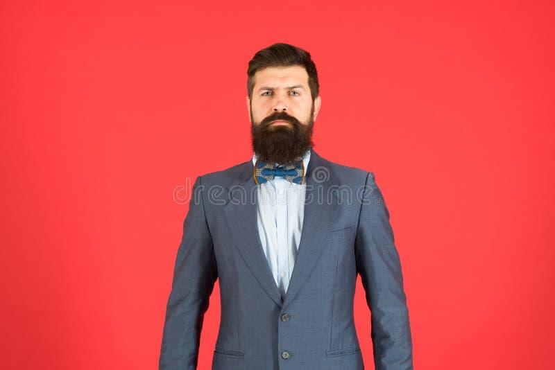 Conceito da forma Fundo vermelho do equipamento elegante do homem de negócios ou do anfitrião Equipamento formal Postura segura H fotos de stock