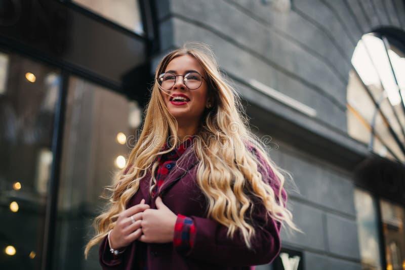 Conceito da forma da rua Modelo bonito novo na cidade Retrato vestindo dos óculos de sol da mulher loura bonita de uma menina 'se foto de stock