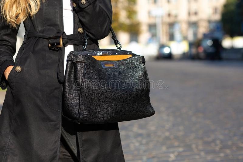 Conceito da forma da rua Mulher no equipamento à moda que guarda o le preto fotografia de stock royalty free