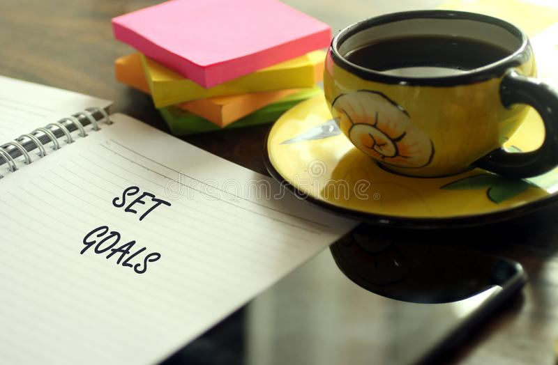 Conceito da foto do sucesso com café e caderno imagem de stock