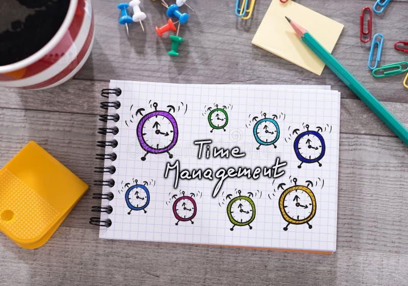 Conceito da gestão de tempo em um bloco de notas imagens de stock royalty free