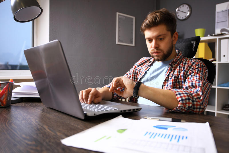 Conceito da gestão do negócio e de tempo Homem de negócio forçado que olha o relógio de pulso Emoção humana fotos de stock
