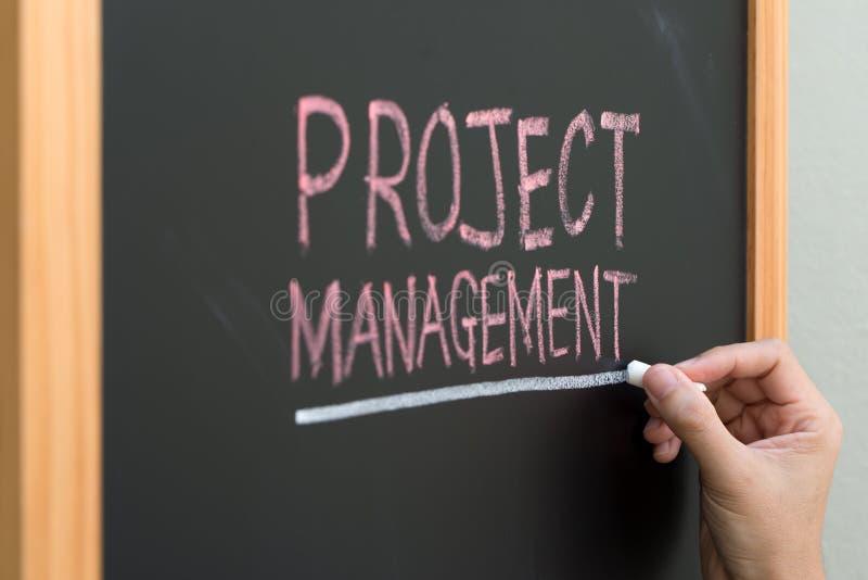 Conceito da gestão do projeto escrito no quadro imagem de stock royalty free