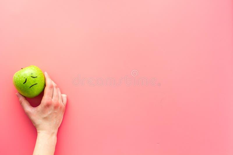 Conceito da gestão da emoção sadness Cara tirada na maçã Espaço cor-de-rosa da cópia da opinião superior do fundo fotos de stock royalty free