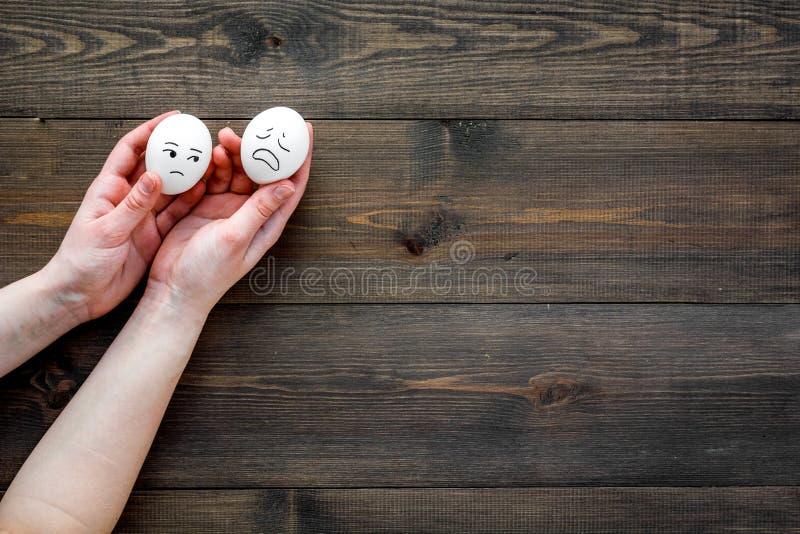 Conceito da gestão da emoção sadness Cara triste tirada no ovo Espaço de madeira da cópia da opinião superior do fundo imagem de stock