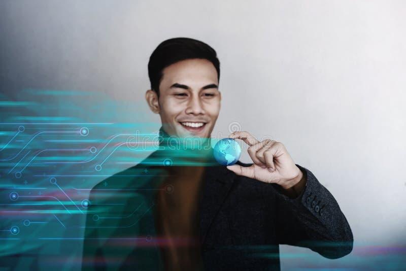 Conceito da globaliza??o Homem de negócios profissional de sorriso feliz que guarda um globo azul transparente do mundo fotos de stock royalty free