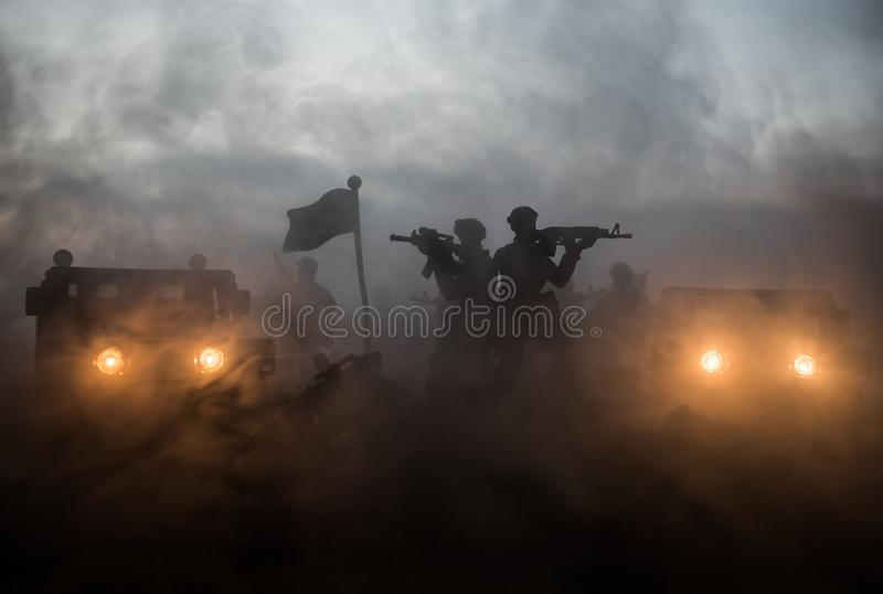 Conceito da guerra Silhuetas militares que lutam a cena no fundo do c?u da n?voa da guerra, silhuetas de combate abaixo da skylin foto de stock