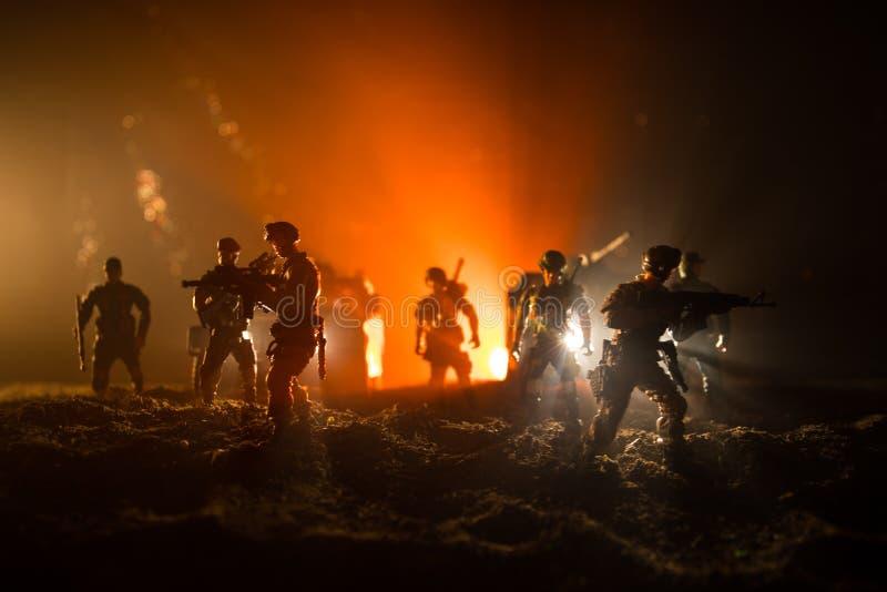 Conceito da guerra Silhuetas militares que lutam a cena no fundo do c?u da n?voa da guerra, silhuetas de combate abaixo da skylin fotos de stock