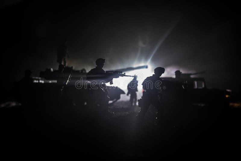Conceito da guerra Silhuetas militares que lutam a cena no fundo do c?u da n?voa da guerra, silhuetas de combate abaixo da skylin imagens de stock royalty free