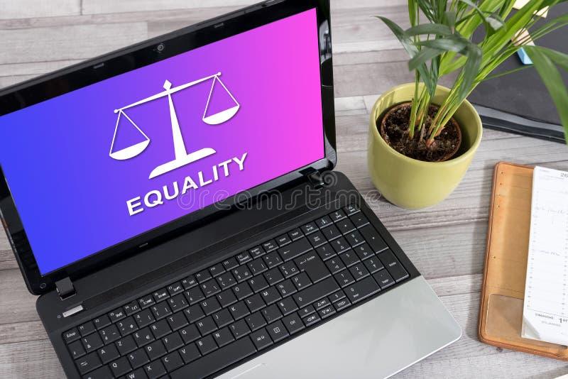 Conceito da igualdade em um port?til imagens de stock royalty free