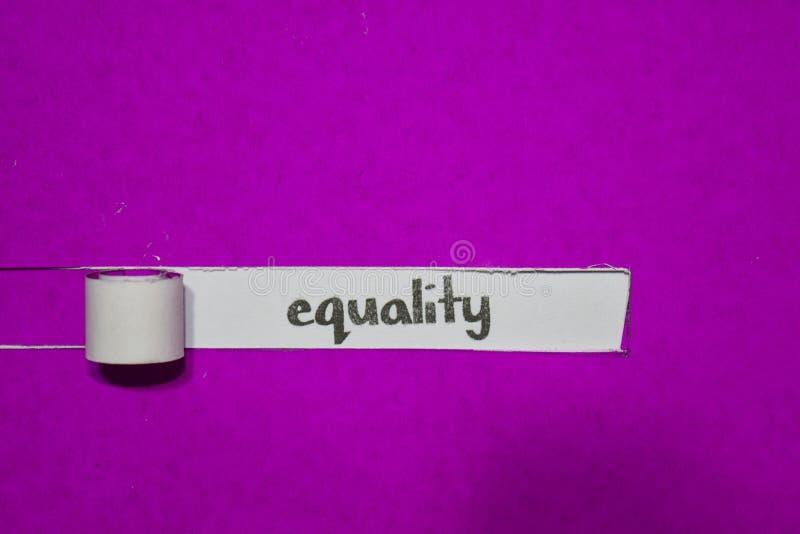 Conceito da igualdade, da inspiração, da motivação e do negócio no papel rasgado roxo imagem de stock