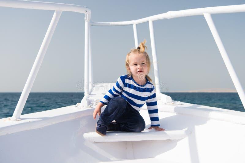 Conceito da infância A criança pequena aprecia o curso de mar no navio, infância Alegrias da infância Experiência da infância ver fotografia de stock