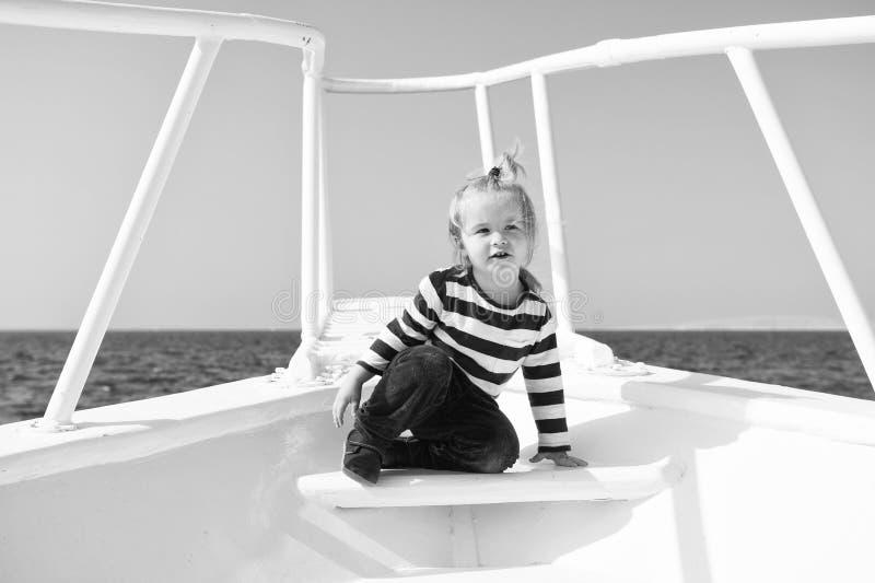 Conceito da infância A criança pequena aprecia o curso de mar no navio, infância Alegrias da infância Experiência da infância ver imagem de stock royalty free