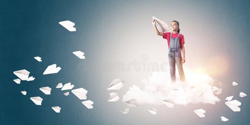 Conceito da infância feliz descuidada com a menina que sonha para tornar-se ilustração do vetor