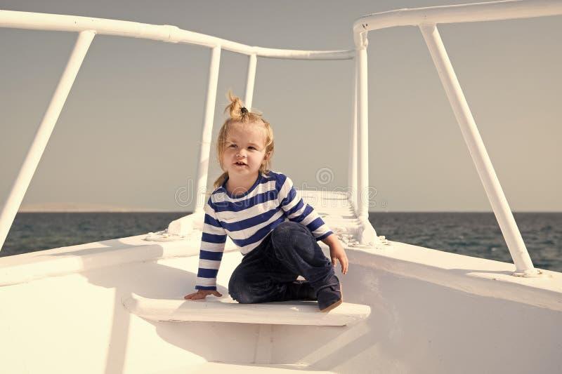 Conceito da inf?ncia A crian?a pequena aprecia o curso de mar no navio, inf?ncia Alegrias da inf?ncia Experi?ncia da inf?ncia ver foto de stock