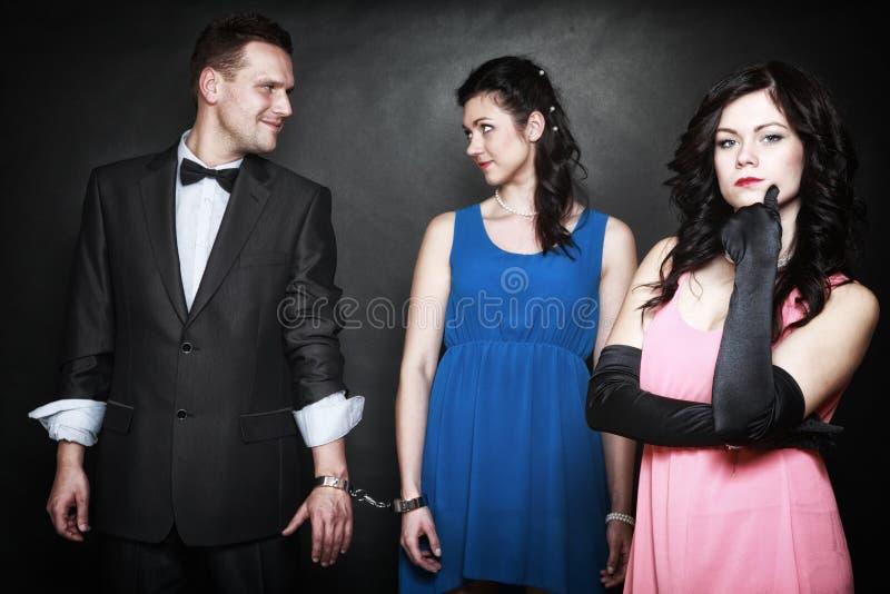 Conceito da infidelidade marital. Ódio da paixão do triângulo amoroso imagens de stock