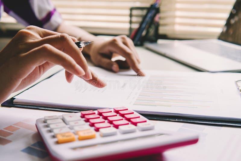 Conceito da investigação e desenvolvimento do laboratório Mulher ascendente fechado que calcula sobre o relatório da finança no e imagens de stock