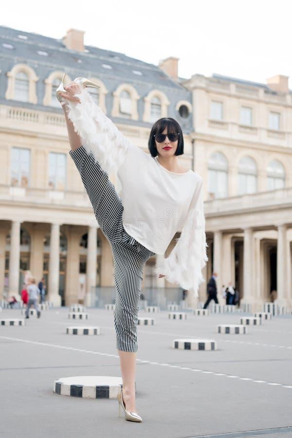 Conceito da ioga e do esporte Mulher sensual com cabelo moreno Pose da mulher em sapatas do salto alto em Paris, france Menina da foto de stock