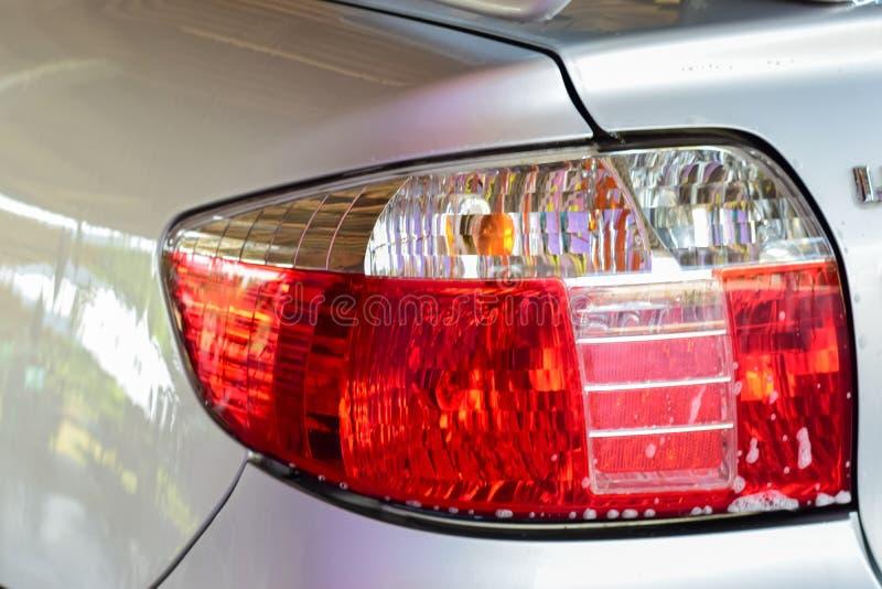 Conceito da lavagem de carros, lanterna traseira com espuma da lavagem, lavagem de carros manual imagem de stock