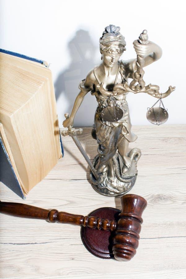 Conceito da lei e da justiça Malho do juiz, livros, escalas de justiça fotografia de stock royalty free