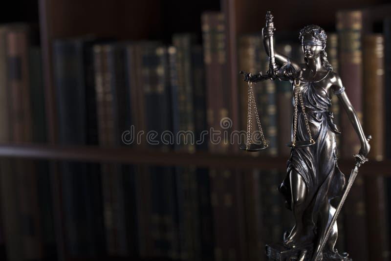 Conceito da lei e da justiça - biblioteca da corte imagens de stock royalty free