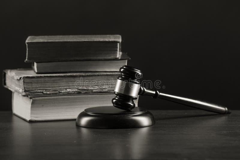Conceito da lei - livro de lei aberto com um martelo de madeira dos juizes na tabela na fotos de stock royalty free