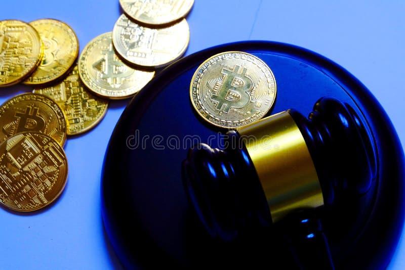 Conceito da lei ou do leilão com martelo e réplica do bitcoin do ouro Tema da tecnologia do negócio do Internet do cryptocurrency fotos de stock