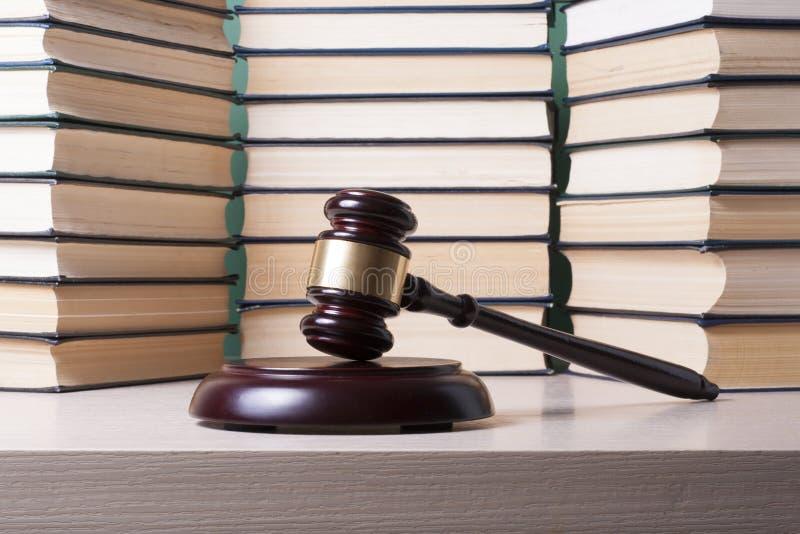 Conceito da lei - registre com o martelo de madeira dos juizes na tabela em uma sala do tribunal ou em um escritório da aplicação fotos de stock royalty free