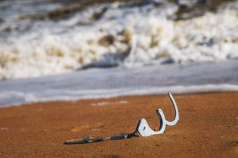 Conceito da liberdade: abra algemas no encontro da areia fotografia de stock royalty free