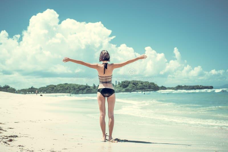 Conceito da liberdade Mulher da liberdade e da felicidade na praia tropical da ilha de Bali, Indonésia É apreciar sereno imagem de stock