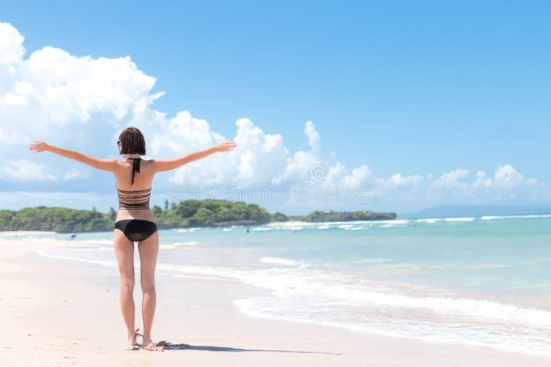 Conceito da liberdade Mulher da liberdade e da felicidade na praia tropical da ilha de Bali, Indonésia É apreciar sereno imagem de stock royalty free