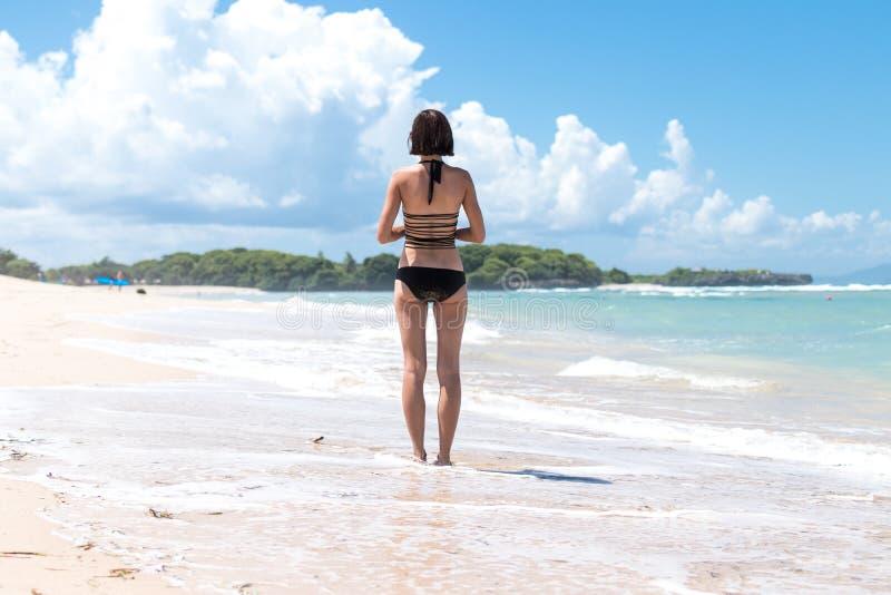 Conceito da liberdade Mulher da liberdade e da felicidade na praia tropical da ilha de Bali, Indonésia É apreciar sereno fotos de stock