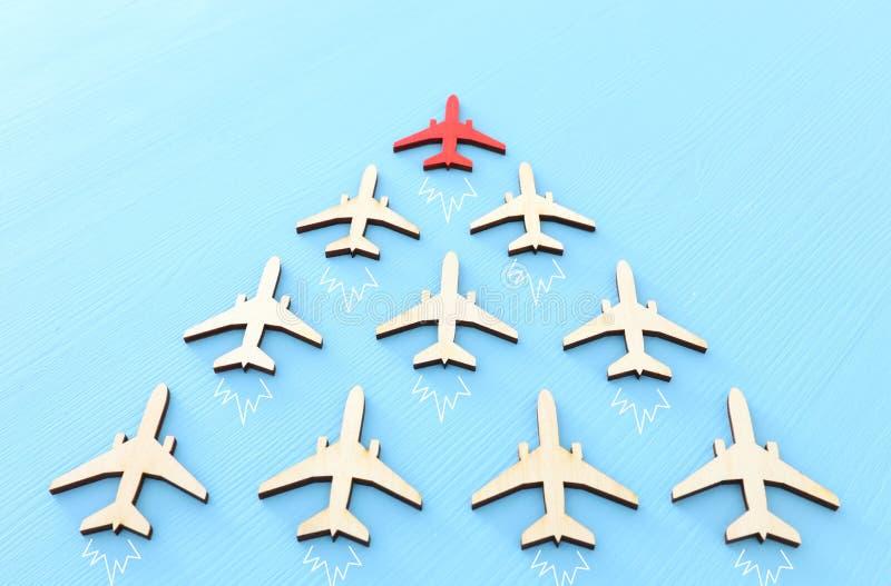 Conceito da liderança com os aviões no fundo de madeira azul Um líder vermelho critica severamente adiante outro ilustração do vetor