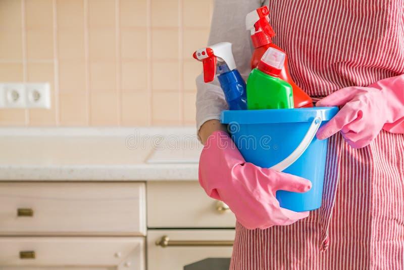 Conceito da limpeza - fontes de limpeza guardando fêmeas na cesta azul foto de stock royalty free