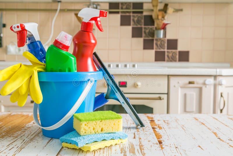 Conceito da limpeza - fontes de limpeza no fundo de madeira fotografia de stock royalty free