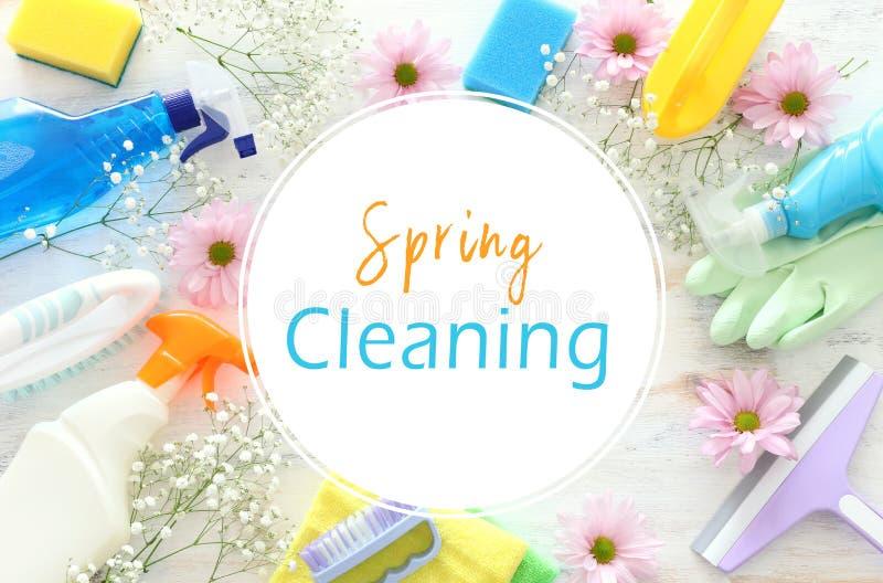 Conceito da limpeza da primavera com fontes sobre o fundo de madeira branco Vista superior, configura??o lisa ilustração stock